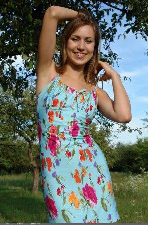 Красивая попка в девки на дереве