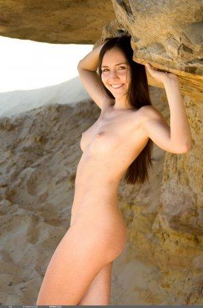 Эта юная красотка на песку