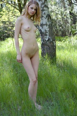 Девка обнажается на природе