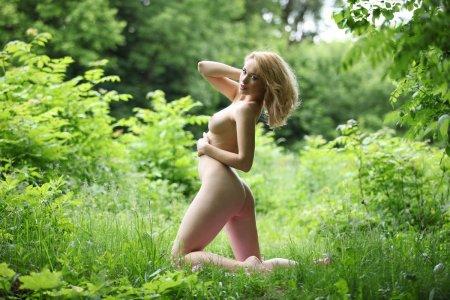 Ошаломляющая девчонка на природе