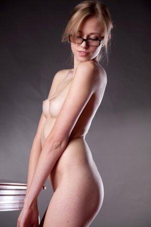 Красоточка в эротичных очках