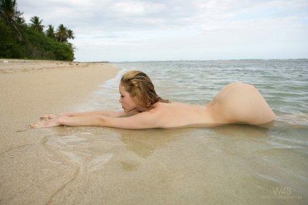 Мокрая красотка на море