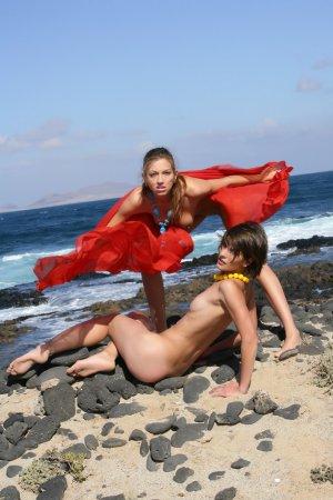 Красотки лесбиянки на море
