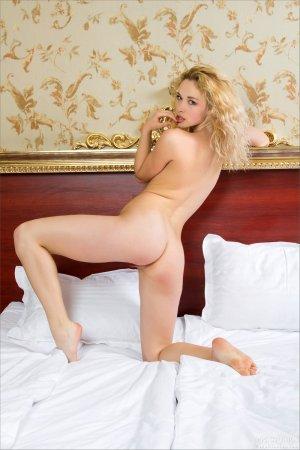 Блондинка с розовыми сосочками