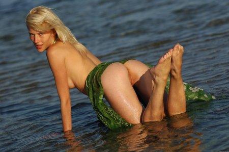 Мокрая девица показывает свою попу