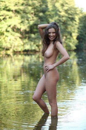 Красоточка в мокром купальнике
