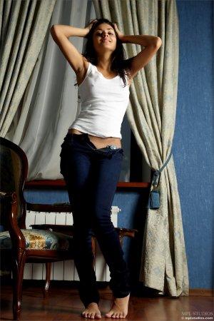 Шатеночка сняла джинсы