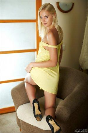 Блондиночка в желтом голая