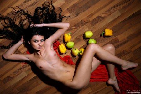 Очумительная девка но полу с фруктами