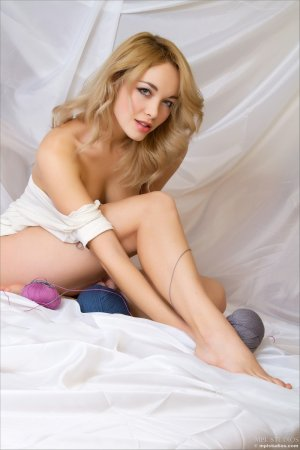 Блондинка с завитушками