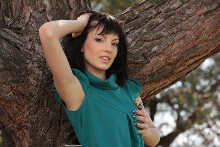 Голая девка сидит на дереве