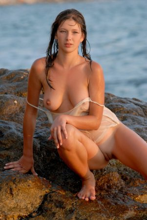Мокрая девушка с отменными грудками