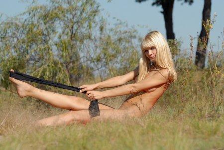 Блондинка раздевается на природе
