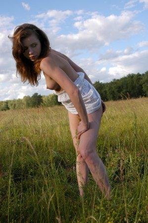 Она зажигает в поле