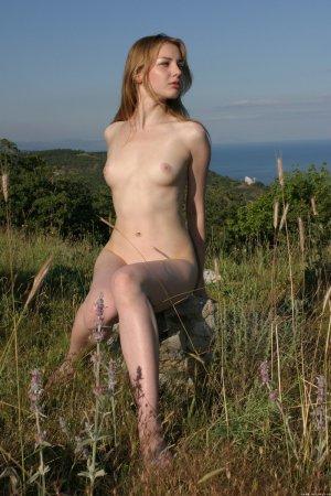 Сексуальная девка показала свою попочку