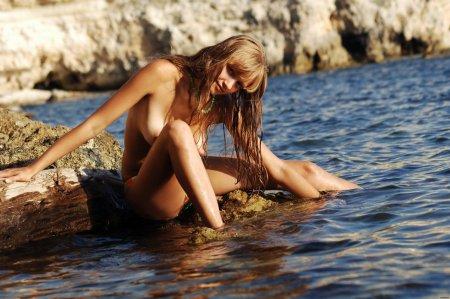 Красивая мокрая девка раздевается