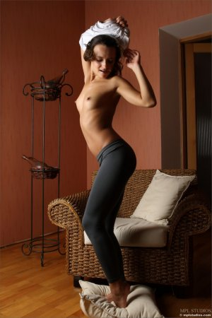 Красивая грудка и попка девушки