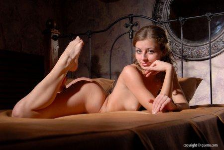 Красивая умопомрачительная девка раздевается