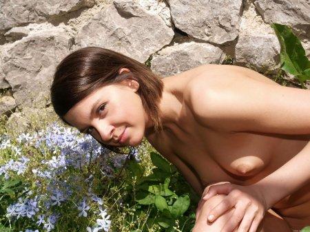 Красивая девка показывает голый животик
