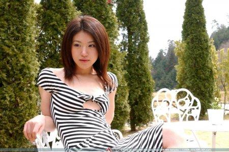 Голая азиатка в своем доме