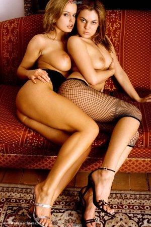 Две молодые лесбиянки