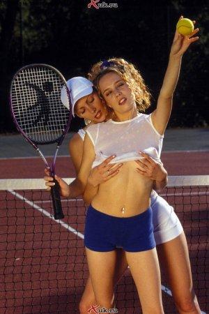 Красивые лесбияни играют в теннис