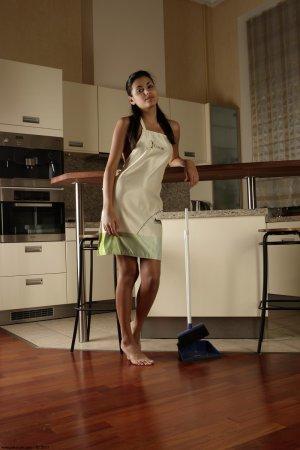 Домработница демонстрирует свою попку