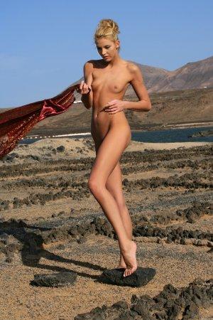 Стройная блондинка и голое тело