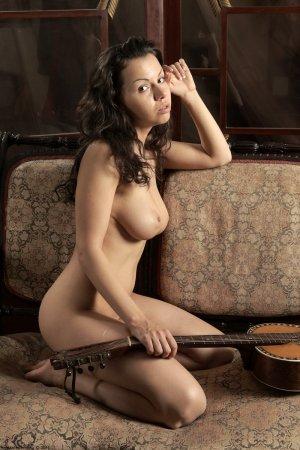 Грудастая киска возле гитары раздевается