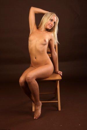 Блондиночка показала всем голую киску