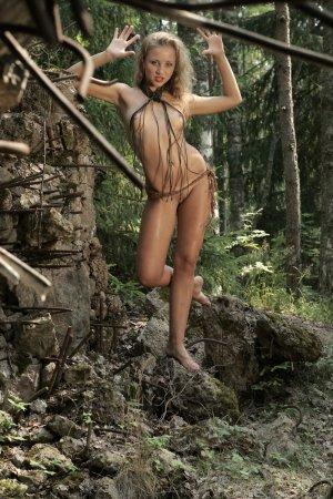 Сексуальная блондинка в лесу