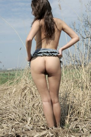 Шатенка в юбке показала киску