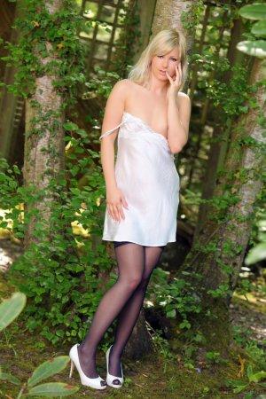 Сексапильная блондиночка в  чёрных чулочках