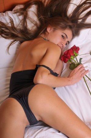 Эротическая киска лежит на кроватке