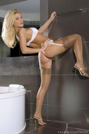 блондинка в белых трусиках раздевается