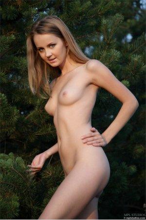 Голая и прекрасная девка в лесу