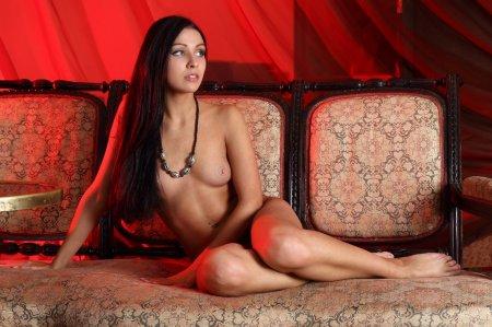 Эротичная красоточка лежит абсолютно голенькая