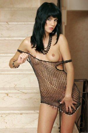 Сексуальная брюнетка голая в сеточке