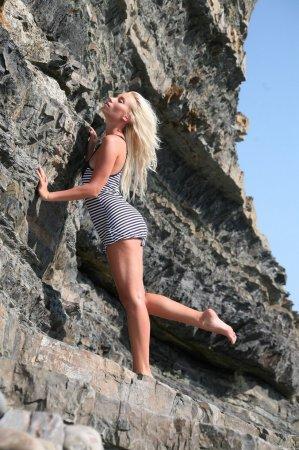 Мокрая голая блондинка на море