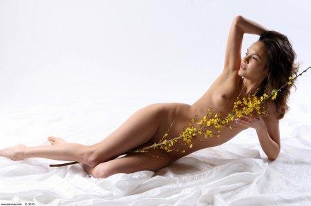 Абсолютно голая девочка показала киску