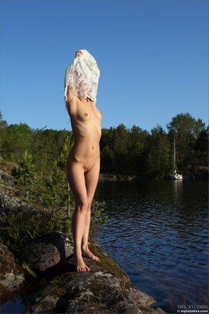 Мокрая девка на речке