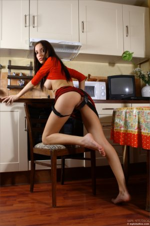 Длинноволосая красоточка на кухне