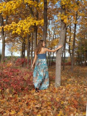 Голая Маша в осеннем лесу