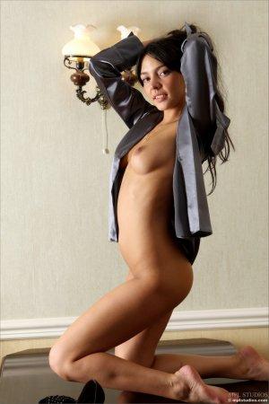 Секретарша на сексуальном столике