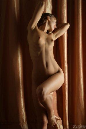 Стройная голая худышка очень сексуальна