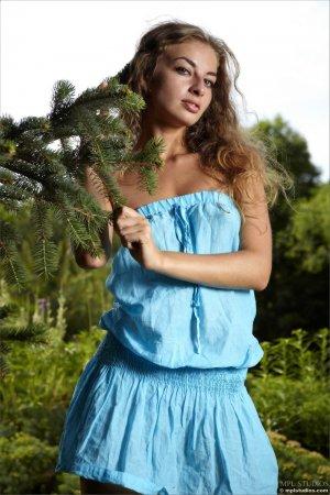 Эротичная красотка в голубом наряде