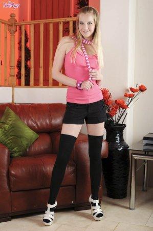 Красивая блондинка в черных чулочках