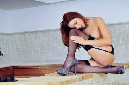 Красивая девка очень сексуально раздевается