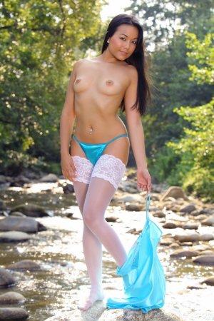 Сексуальная азиаточка показала киску