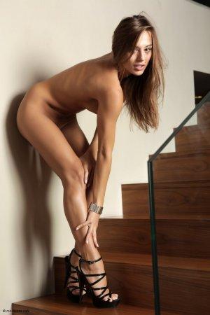 Показала киску на лестнице